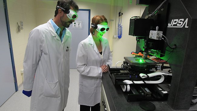 ANU Researcher demonstrating laser equipment to the Prime Minister.